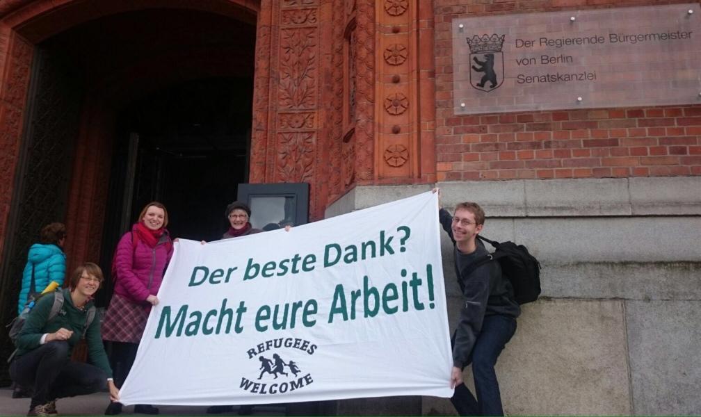 """Transparent vor dem Roten Rathaus """"Der beste Dank? Macht eure Arbeit!"""""""