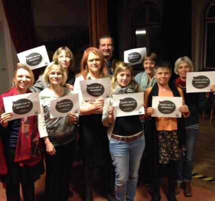 Foto von Mitgliedern von Willkommen im Westend mit Solidaritätskarten zum Romaday